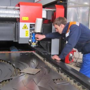Процесс художественной лазерной резки металла.